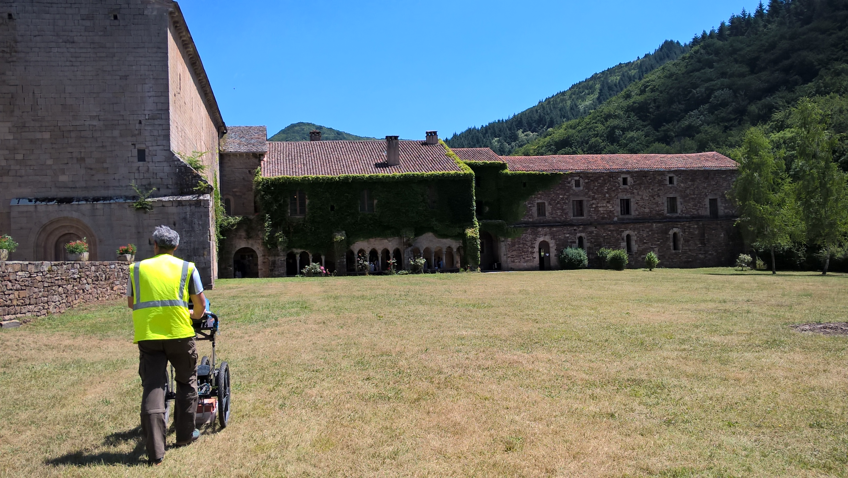 Abbaye de Sylvanes (12) – Investigation par méthodes électromagnétique et géoradar pour la recherche de vestiges archéologiques.